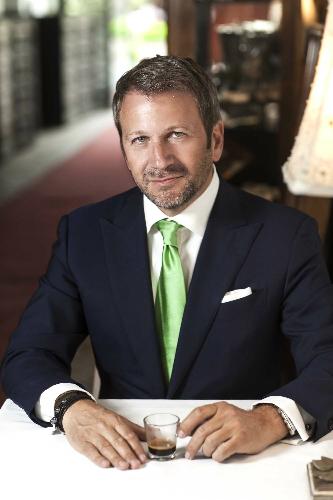 90833fa036 Ő az aki, könnyedén ír Orbán Viktor ingéről, vagy egy elegáns kávéról  egyaránt. Ne hagyd ki a VIP-et ha értékes stílustanácsokra vágysz…