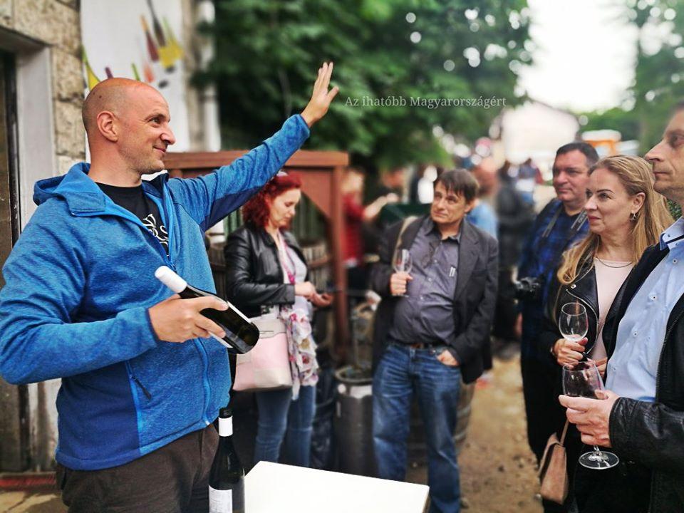 Sándor Zsolt borász megállítja a népet